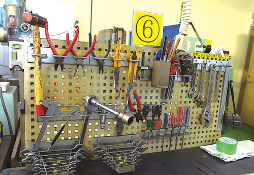 スズキ機工を訪れた顧客は、工具が整頓されていることに感心する(写真/菊池一郎)