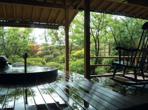 グランディア芳泉は全113室、平均客単価は約2万1000円。客室稼働率は73%と、全国平均より20ポイント近く高い。年間11万人が宿泊する