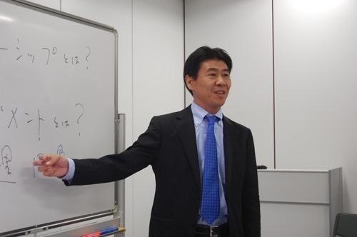 著者の井東氏。中堅・中小企業の経営幹部向けのセミナーで講師を務める