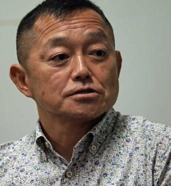 <b>伊藤祐靖(いとう・すけやす)</b><br />1964年生まれ。日本体育大学から海上自衛隊へ。防衛大学校指導教官、「たちかぜ」砲術長を経て、「みょうこう」航海長在任中の1999年に能登半島沖不審船事件を体験。これをきっかけに自衛隊初の特殊部隊である海上自衛隊「特別警備隊」創設に関わる。42歳、2等海佐で退官。以後、ミンダナオ島に拠点を移し、日本を含む各国警察、軍隊に指導を行う。現在は日本の警備会社などのアドバイザーを務める傍ら、私塾を開いて現役自衛官らに自らの知識、技術、経験を伝えている(写真:川島良俊、以下同)