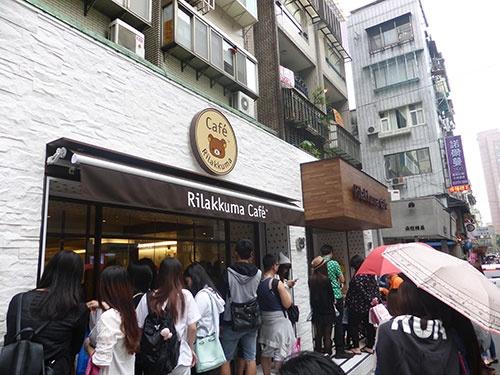 台湾のリラックマ カフェは連日ファンが訪れ、店の前には行列ができている