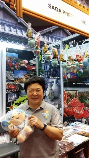 バンコクで開催された「タイ国際トラベルフェア(TITF)トラベルフェア」の佐賀県ブースで佐賀をアピールする佐賀県観光連盟・誘致推進課長の清武裕子さん。