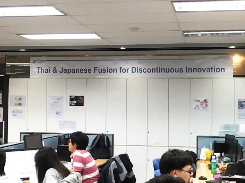オフィスには、タイと日本の「融合」を目指す行動指針を掲げ、日常的な意識づけを図っている。