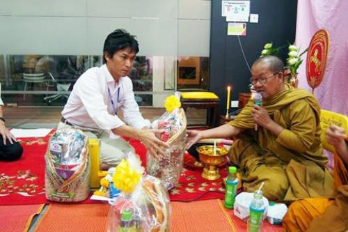 タイ人は信心深い。お坊さんを呼んでのセレモニーはタイで事業を営む上では必須である。