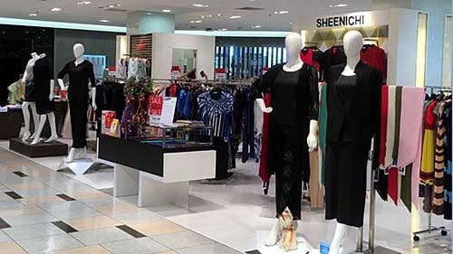 百貨店のアパレル売り場。一番目立つ場所のマネキンは黒い服を着用。この事態に合わせて需要をアピールしている。