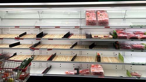 日本人向けのスーパーでは精肉が棚から消えた。ここだけを見ると、まるで閉店セールのようだ。