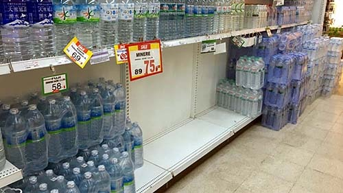 水は在庫が多いせいか、すぐに補充され、棚はかなり埋まったが、それでも一部はガラガラのままだ。