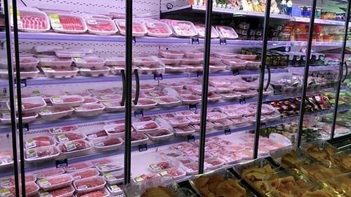 こちらは、白人客が多いスーパーマーケットの精肉売り場。ご覧のように商品はたっぷりと揃っている。