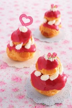 赤やピンクの華やいだ色が好きなタイ人に向けて、菓子コースでは日本のコースの内容を踏まえつつカスタマイズを施した。