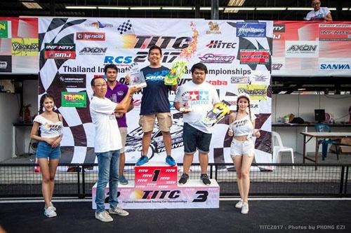 アジア最大級のRCカーのイベントTITCはバンコクで開催されている。優勝者にトロフィーを授与しているのがサイアムタミヤ代表の鈴木格氏。
