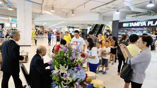 新店のオープンには「Mr.タミヤ」ことタミヤ会長兼社長の田宮俊作氏が来店。ファンが駆けつけサイン会は大いに盛り上がった。