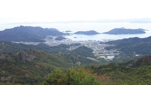 瀬戸内海国立公園の特別地域に指定されている景勝地「寒霞渓」から見た小豆島町の市街地