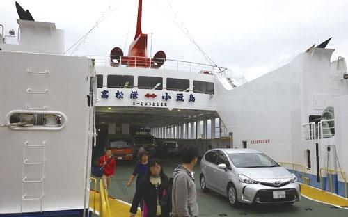 小豆島と本州を結ぶフェリーや高速艇は、人や物流の大動脈