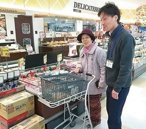 介護施設の利用者にスタッフが同伴する「買い物リハビリ」が、1カ月のうち1週間、1階のスーパーで開かれている