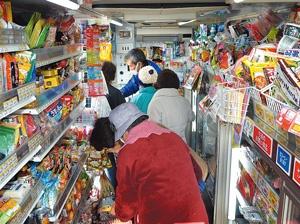 コープこうべが営業している移動店舗。トラックの荷台に800種類の商品を詰め込んで走る
