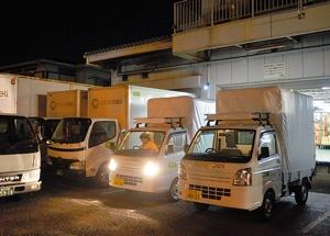 早朝宅配へと出発するコープみらいのトラック。ドライバーは朝4時に出勤して配送へ備える
