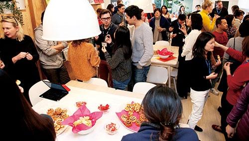 イケア・ジャパン<br /><small>金曜日の午後3時になると本社の一角の食堂で盛大な「お茶会」が始まる。社員同士の距離が縮まり、働きやすい雰囲気が生まれる</small>