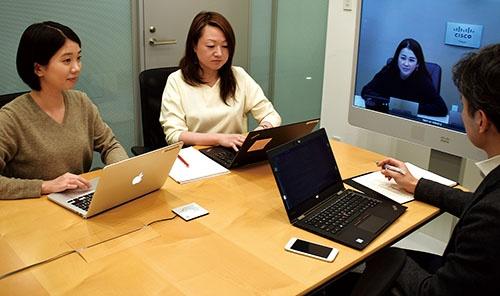 シスコシステムズ<br /><small>シャドーイングを経験した安西七実子さん(左)と指導役の三鍋享子さん(隣)。マーケティング本部でのテレビ会議</small>