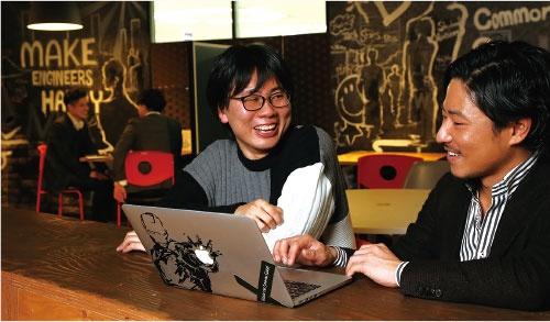 独立を視野に入れたキャリアプランを相談する派遣技術者の近藤裕輝氏(左)(写真=陶山 勉)