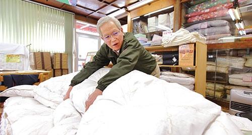<b>馬場宏社長は1週間無料で 貸し出して寝心地の良さを体 感してもらう</b>(写真=北山 宏一)