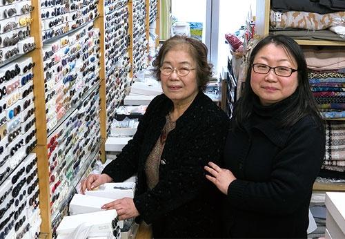 <b>店主の加藤幸恵社長(左)と娘の三角恵 さんは面倒な縫製を、一手に引き受ける</b>