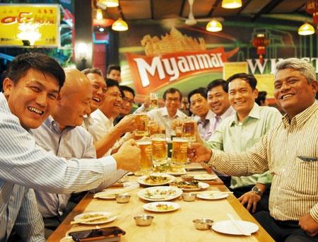 <b>ミャンマー人はアルコールに強く、飲み会では数十個の空ジョッキが並ぶこともある</b>(写真=武田 健太郎)