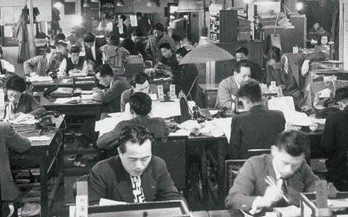 <b>日本人の残業体質は昔から変わっていない(写真は昭和24年のオフィス風景)</b>(写真=Carl Mydans/Getty Images)