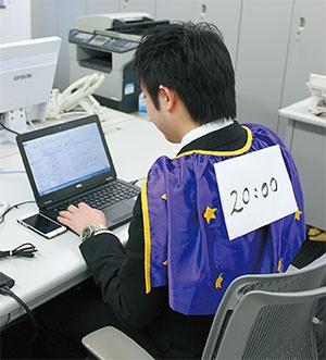 <b>退社時間を示すマントを着るセントワークスの社員</b>