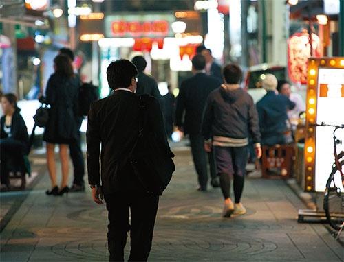 "<b>街をさまよう""ノー残業デー難民""らしき会社員</b>(写真=的野 弘路)"