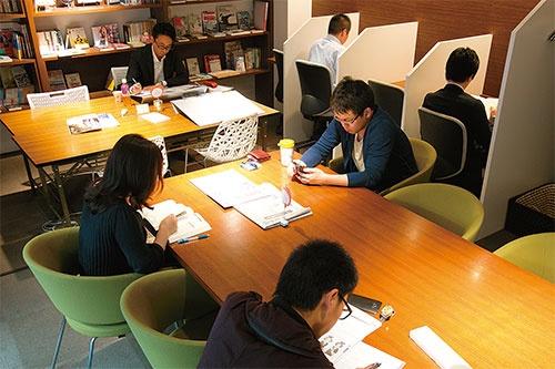 <b>自習室「勉強カフェ」は、まさに会社員の居場所だ</b>(写真=的野 弘路)
