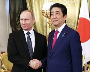 日本は北方領土問題の進展を模索(4月27日、モスクワで会談した日ロ首脳)(写真=共同通信)