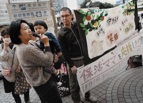 保育制度の改善を訴え、JR新宿駅前で開催され た集会。子供を認可保育園に入れるために必要 な活動は「保活」と呼ばれている(写真=ロイター/アフロ)