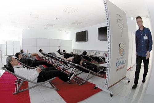 GMOインターネットの時間限定の仮眠室。男性向けに26台、間仕切りで仕切ったスペースに女性向け4台を用意した(写真=新関 雅士)