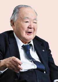 <b>1926(大正15)年、三重県生まれ。太平洋戦争に従軍。復員後、56年に清水実業(現ライフコーポレーション)設立、社長に就任。日本チェーンストア協会会長や、日韓協力委員会には設立当初から参加し、理事長を務める。</b>(写真=清水 真帆呂)