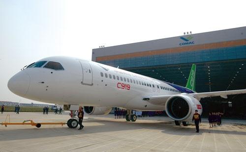 中国商用飛機が5月に初めてのテスト飛行を実施した「C919」。製造業レベルアップの象徴になるか(写真=VCG/Getty Images)