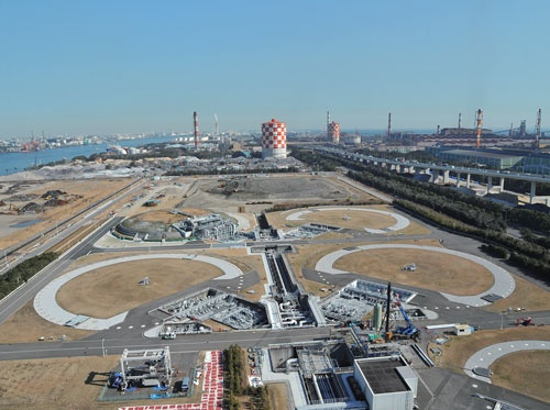 <b>都市ガス最大手、東京ガスの扇島LNG基地(横浜市)。巨大な4つの地下タンクに都市ガス原料のLNG(液化天然ガス)が貯蔵されている</b>