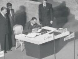 サンフランシスコ講和会議で署名するスリランカのJ・R・ジャヤワルダナ財務大臣(当時)(写真=J. R. Eyerman/Getty Imges)