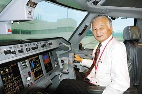 <b>フライトシミュレーターの操縦桿を握るFDAの蓬莱正樹顧問。JAL時代は34年間にわたり欧米路線を中心にボーイング機を飛ばしていたベテラン</b>
