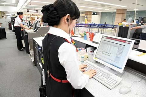 <b>名古屋小牧空港のFDAのカウンターで旅客販売システムを操作する地上スタッフ。FDAが創業時に独自開発した</b>(写真=早川 俊昭)