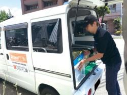 東京・枝川のプライムナウの配送拠点では、ドライバーがせわしなく軽車両に荷物を積み込んでいた