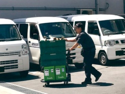 生鮮食品販売の「アマゾンフレッシュ」の荷物も見える