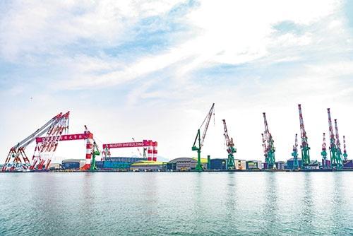 大型の門型クレーンの据え付けが完了し、ドックは完成間近(*記事を雑誌に掲載後、9月に完成)。すでにここでは2万個積みコンテナ船の建造が進む(今治造船丸亀事業本部)(写真=千葉 大輔)