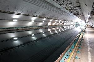 今治造船は専業系では初の大型水槽を建設中。新型船の開発スピード向上に期待(東京都の海上技術安全研究所の既存施設)(写真=的野 弘路)