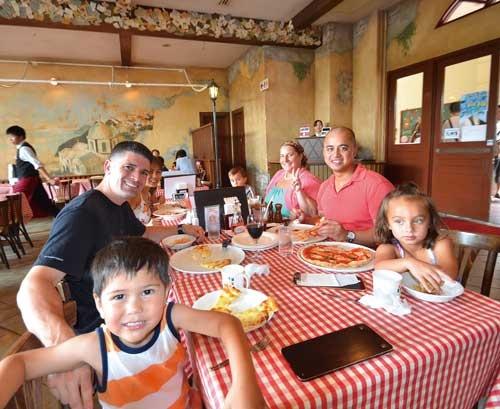 <b>ハウステンボスを訪れたジェームスさん家族ら。クーポン付きの整理券を利用して、ランチタイムも並ばずにレストランに入店できた</b>(写真=坂田 亮太郎)