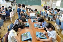 <b>小金井市立前原小学校では松田孝校長(下)の号令の下、全学年でのプログラミング教育を展開</b>(写真=松田氏:北山 宏一)