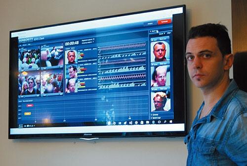 センソリティの不審者自動検出システム。映像から対象者の心拍数や呼吸の状況まで読み取ることができる。右はディミトリー・ゴールデンバーグCEO