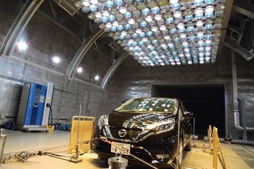 栃木県佐野市の実験研究センター内の風洞実験施設では、EV向けの新型空調の開発が進められている(写真=今井 雅文)