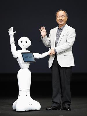 ペッパーでいち早く感情認識を打ち出したソフトバンクも、ホンダなどと連携し、技術を磨く(写真=ロイター/アフロ)