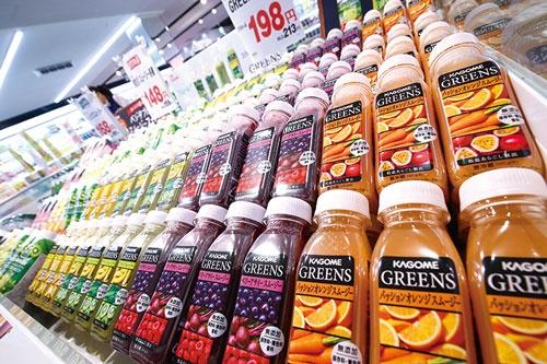 「GREENS」と「野菜生活100 Smoothie」などスムージーの売り場提案を始めた(横浜市金沢区のアピタ金沢文庫店) (写真=陶山 勉)