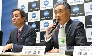 インヴィクロの買収を発表する藤井常務(右)と山名社長(写真=北山 宏一)